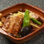 1日かけてじっくり煮込む豚の角煮。お箸ですっと切れるほど柔らかい。