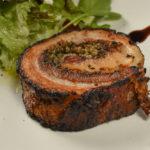 バラ肉の繊細な甘みを味わう、豚のポルケッタ(390B)。マスタードやバルサミコ酢でどうぞ