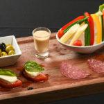 みずみずしい生野菜の味噌ディップ、オリーブマリネ、カプレーゼ。本場直送のサラミ・ミラノを4種盛合わせ(200B)