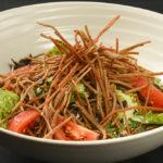 クリスピーな蕎麦と合わせることで新食感が生まれる「揚げそばシーザーサラダ」(260B)