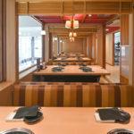 2階には快適な座り心地のソファを配した6名席が6部屋。席間の仕切りを外せば最大30名の宴会にも