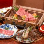 インパクト絶大の宝箱。サシと赤身が美しい肉はお祝いの席にも最適。
