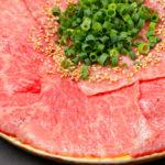 スライス肉で作る新しいスタイルのユッケ。軽くて甘い脂と肉の旨みが凝縮。