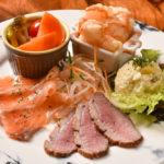 おまかせPOCO A POCO盛合わせ(320B)は、その日一番の食材が、温と冷とりまぜ、食べ応えある一品へと姿を変える