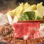 すき焼きコース(1,580B)。美しいサシが入った肉を甘辛タレと卵をからませて。改まった会食にも最適