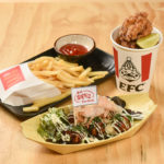 オリジナルパッケージもユニークな、恵美須のこだわり鶏からあげ(98B)、揚げたこ焼き(148B)、ポテトフライ(78B)