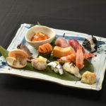 お任せ握り寿司(12貫1,800B)季節の鮮魚の持ち味をとことん引き出す江戸前の技術。リーズナブルな価格も嬉しい
