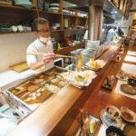 カウンター席では天ぷらを目の前で揚げてくれる