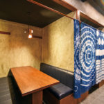 藍染の暖簾が目を引く半個室